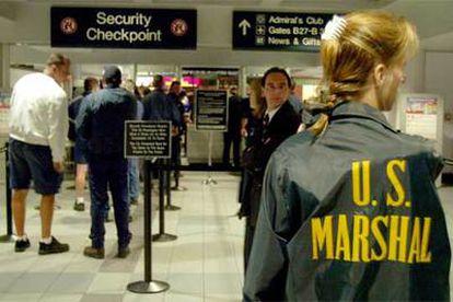 Una agente estadounidense patrulla por el aeropuerto de Boston (Massachusetts).