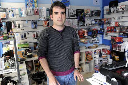 Alejandro Fernández, ayer en su tienda de informática en Avilés.