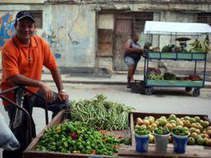 Foto de un vendedor ambulante de frutas y verduras esperando clientes en La Habana (Cuba).