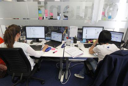 Dos empleadas de la red social Tuenti, en sus oficinas de Madrid.
