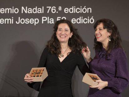 Ana Merino (a la izquierda) y Laia Aguilar, en la entrega de los premios Nadal y Josep Pla de 2020.