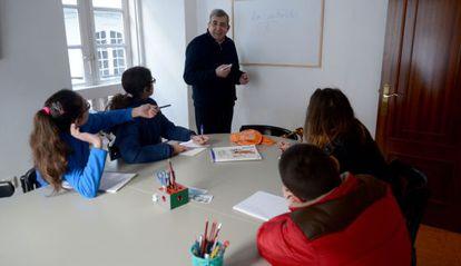 Uno de los maestros imparte una clase de refuerzo en Pontedeume