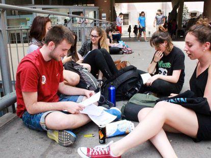 Estudiantes de Bachillerato repasando en un descanso de su examen de Selectividad en Barcelona.