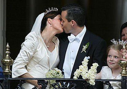 La princesa Marta Luisa besa a su marido en el balcón de la residencia real después de la boda.