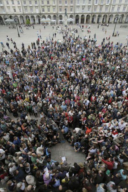 El alcalde de A Coruña, Xulio Ferreiro, saluda a a los congregados en la plaza del Ayuntamiento tras ser elegido.