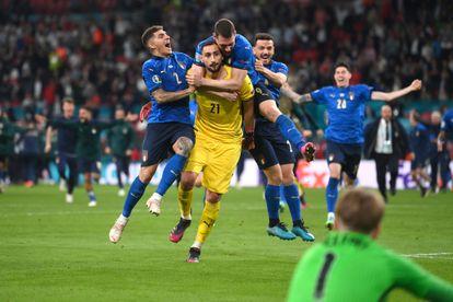 Donnarumma celebra con sus compañeros el triunfo ante Inglaterra en los penaltis en la final de la Eurocopa en Wembley.