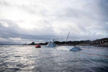 La fragata noruega 'KNM Helge Ingstad' casi hundida en el norte de Bergen.