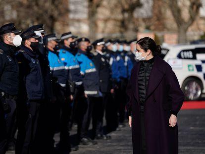 La presidenta de Madrid, Isabel Díaz Ayuso, pasando revista a policías el pasado 30 de diciembre en Madrid.