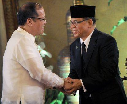 El presidente de Filipinas, Benigno Aquino (a la izquierda), saluda al jefe de la guerrilla MILF en Manila.