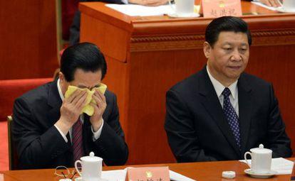 El presidente chino saliente, Hu Jintao, se refresca la cara junto a su sucesor, Xi Jinping, en la Conferencia política consultiva en el Palacio del Pueblo de Pekín.