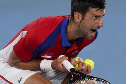 Djokovic reacciona durante la semifinal contra Zverev en el Ariake Tennis Park.