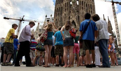 Un grupo de turistas ante la Sagrada Familia, uno de los lugares más visitados en Barcelona