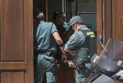Agentes de la Guardia Civil entran en el portal del domicilio de Zaplana en Valencia.