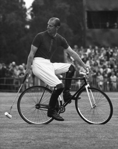 El duque de Edimburgo juega al polo en bicicleta en Windsor, en 1967.