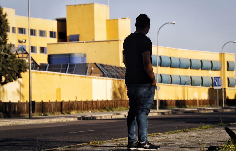 Un exinterno contempla las instalaciones del CIE de Aluche.