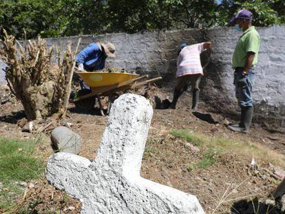 Trabajos de exhumación de presuntas víctimas de ejecuciones extrajudiciales en el cementerio de Dabeiba (Colombia). En vídeo, Colombia se enfrenta a la exhumación de 200.000 cuerpos sin identificar.