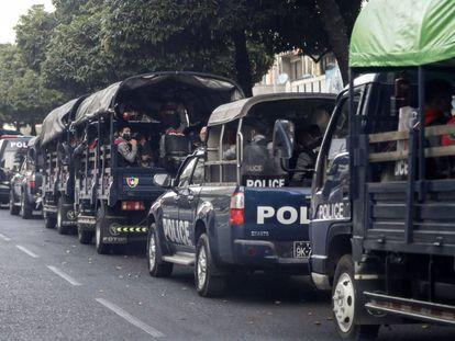 Vehículos policiales esperan en una calle en Yangon (Myanmar).