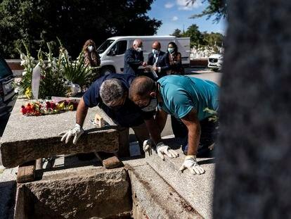 Entierro de un fallecido por la covid-19 en el cementerio de La Almudena de Madrid el pasado septiembre.