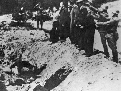 Asesinato de judíos en el barranco de Babi Yar, cerca de Kiev, junto a una fosa que ya contiene cadáveres en 1941.