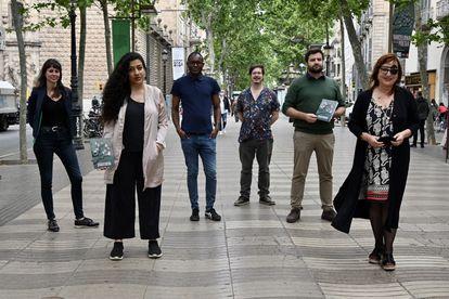 De izquierda a derecha: Núria Calafell, Athena Farrokhzad, Fiston Mwanza Mujila, Josep Pedrals, Jaume Coll Mariné y Miren Agur Meabe, en La Rambla de Barcelona.