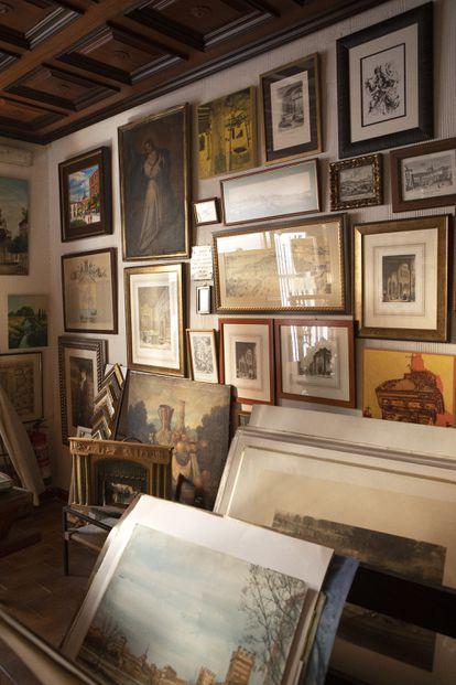 Rincón de la librería Capitel, en Alcalá de Henares, donde también tienen lánimas, antigüedades e incluso hacen enmarcaciones.