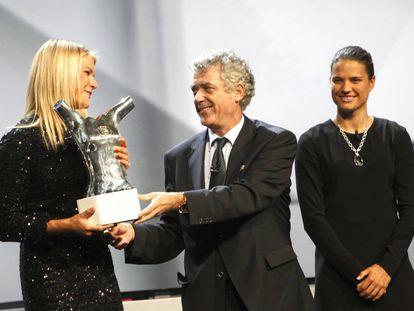 Villar entrega a la noruega Ada Hegerberg el premio a la mejor jugadora de Europa.