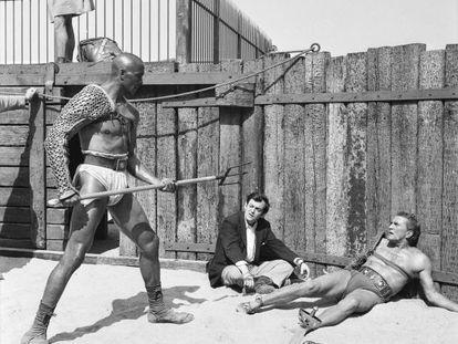 Kirk Douglas, derecha, rueda a las órdenes de Stanley Kubrick la secuencia de la pelea de 'Espartaco' con Draba (Woody Strode, de pie).