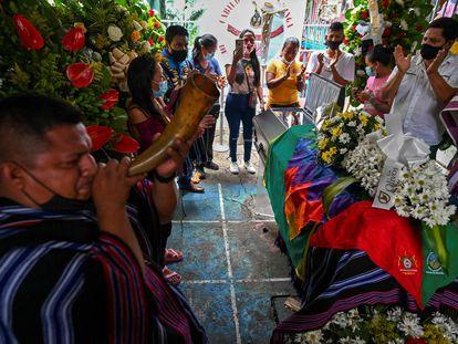 El funeral de Sebastian Jacanamijoy, líder indígena asesinado el viernes durante las protestas en Cali (Colombia).