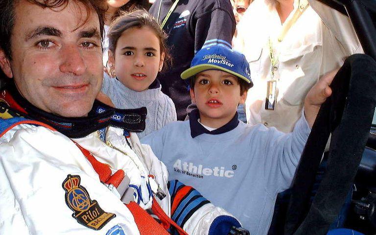 Carlos Sainz posa junto a sus hijos, Blanca y Carlos, durante la edición del año 2000 del rally de Cataluña. EFE