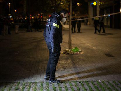 Los Mossos investigan los disparos a un sin techo en Barcelona armado con un arma. Al fondo, una bolsa verde donde llevaba parte de sus cosas.