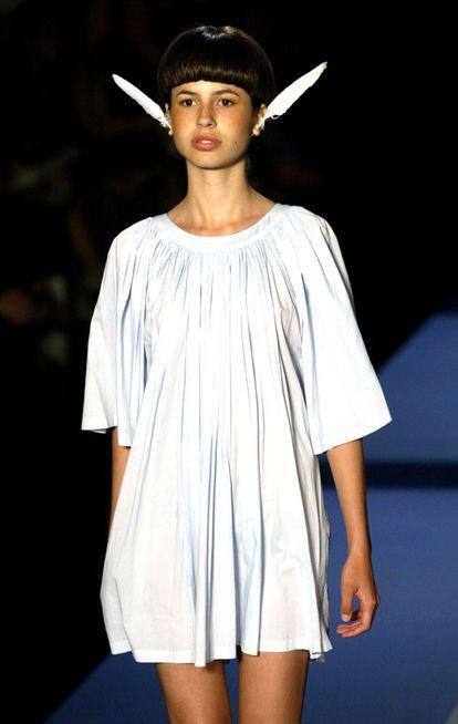 Un diseño de la colección primavera-verano 2003, nombrada Citizen of The World, donde el diseñador se inspiró en Nueva York como crisol de inmigrantes.