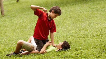 Un niño pega a otro sin que este se defienda.