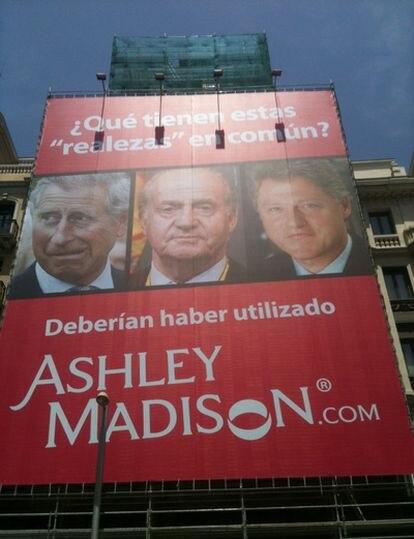 Cartel colocado en el número 22 de la Gran Vía por Ashley Madison, que apenas ha durado unas horas.