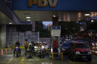 Automovilistas cargan gasolina en una estación de PDVSA en Caracas, Venezuela.