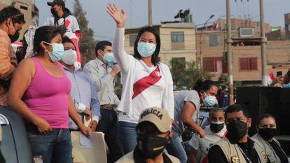 La candidata conservadora Keiko Fujimori, en reunión con conductores, en Lima.