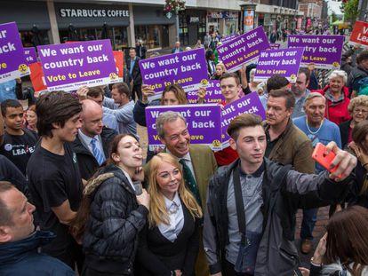 Nigel Farage, el líder del UKIP y uno de los más fervientes partidarios del Brexit, con un grupo de seguidores el pasado día 14 en Bexleyheath.