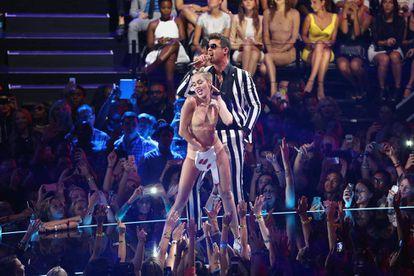 Miley Cyrus y Robin Thicke en los MTV Video Awards de 2013.