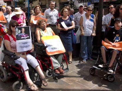 Participantes en la protesta convocada ayer por la Plataforma en Defensa de la Ley de Dependencia en Alicante.