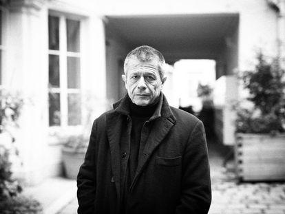 Emmanuel Carrère, hace dos semanas en su casa de París.