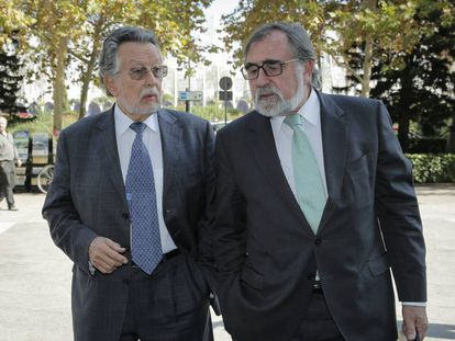 Alfonso Grau, exvicealcalde de Valencia (a la derecha), llega a los juzgados con su abogado, en 2017.