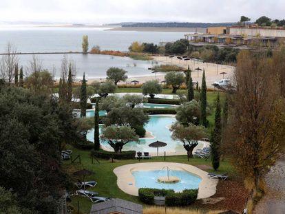 Varias piscinas en la urbanización de Valdecañas, en El Gordo (Cáceres).