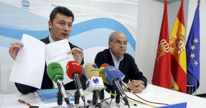 Calixto Ayesa (a la derecha), en 2009, junto al entonces diputado popular Santiago Cervera.