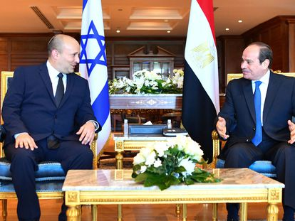El primer ministro israelí, Naftali Bennett (izquierda) y el presidente egipcio, Abdelfatá al Sisi, el lunes en Sharm el Sheij.