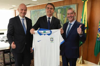 Jair Bolsonaro, accompanied by the president of FIFA, Gianni Infantino, and the president of the Brazilian Football Federation, Rogério Caboclo, in 2019.