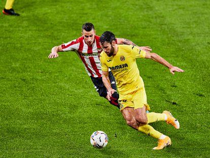 Pedraza trata de regatear a Berenguer este domingo en el partido entre el Athletic y el Villarreal en San Mamés.
