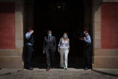 Los diputados de Junts Josep Rius (i) y Elsa Artadi (d), salen del Parlament tras la investidura del candidato de ERC, el pasado viernes