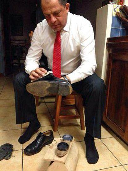Solís da lustre a sus zapatos antes de un debate electoral. La foto fue colgada en Internet por uno de sus hijos.