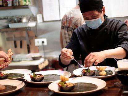 Cocinero de Thai Emotion preparando uno de los platos. A.A