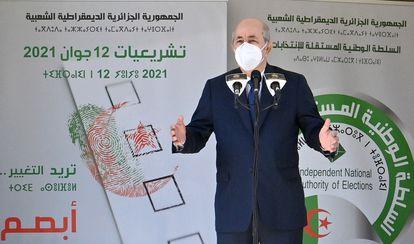 El presidente de Argelia, Abdelmayid Tebún, a la salida de un centro de votación en las elecciones del pasado 12 de junio.