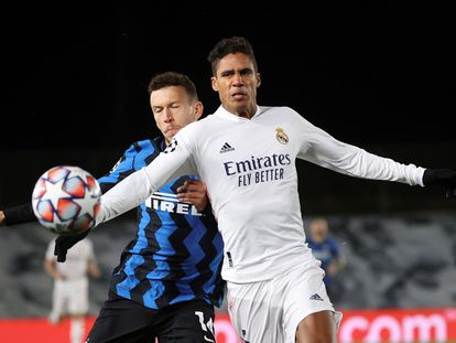 Raphael Varane disputa el balón con el atacante croata del Inter Ivan Perisic en el partido disputado en Valdebebas.